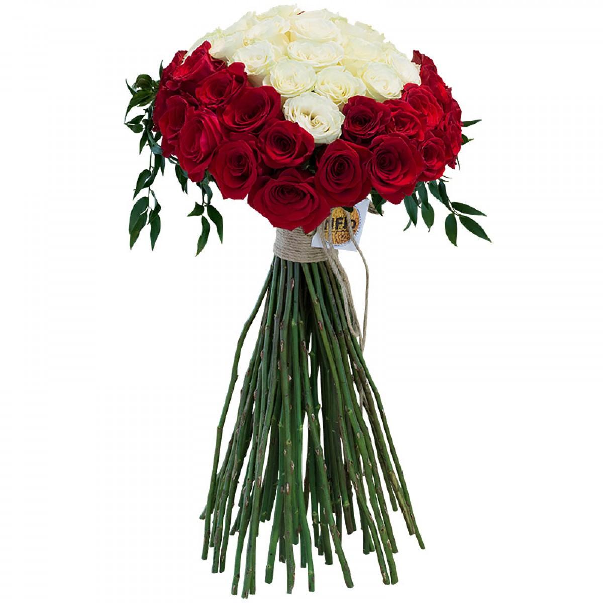Букет от 25 червени и бели рози във формата на сърце