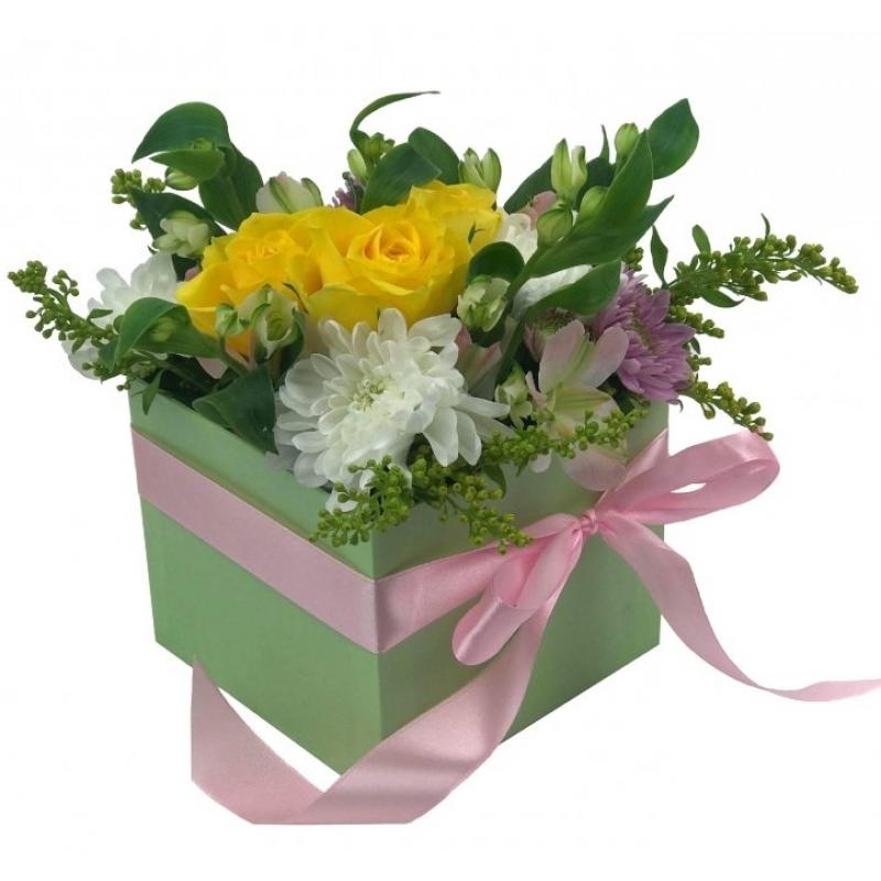 БУКЕТИ ОТ ХРИЗАНТЕМИ - Жълти рози и хризантеми в стилна кутия