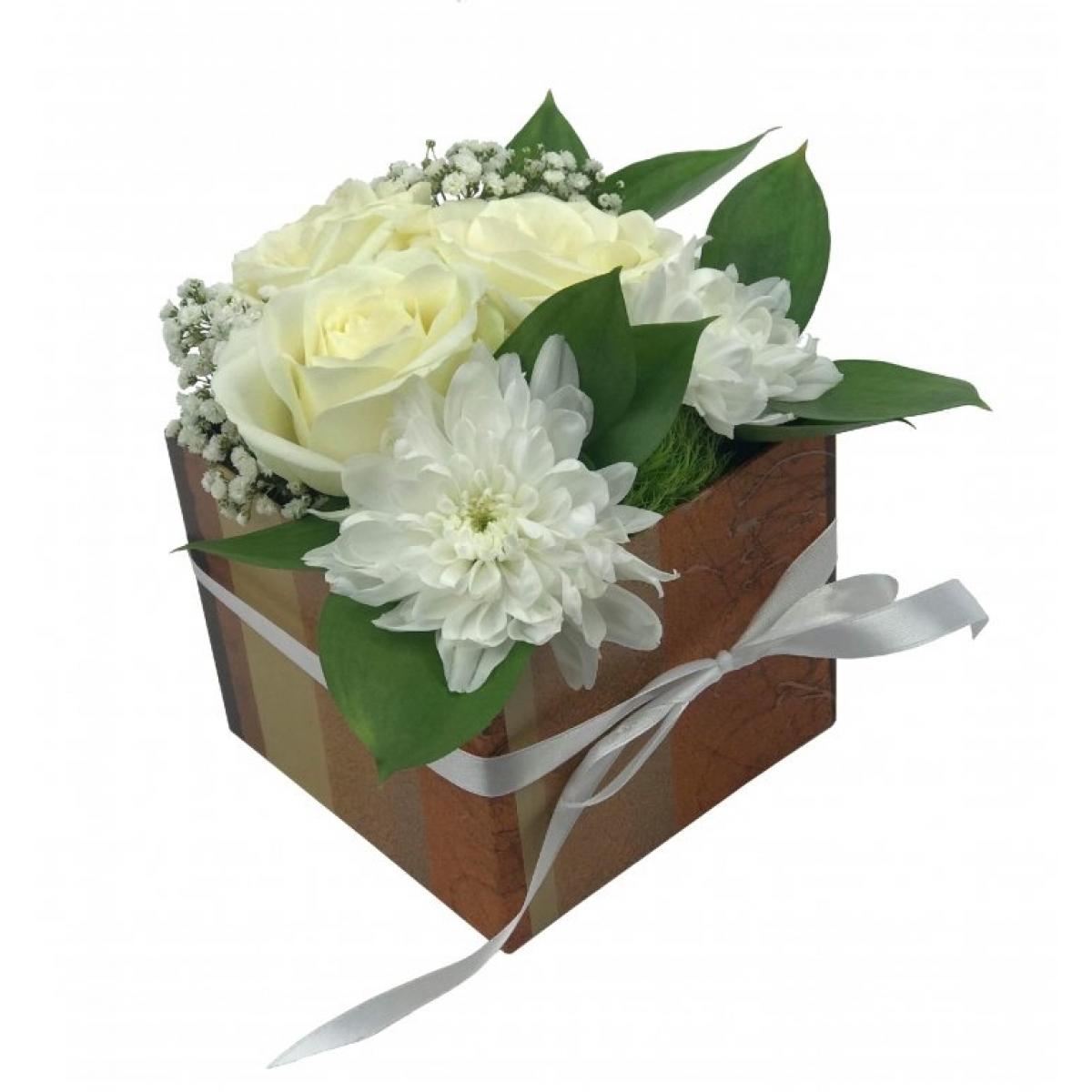 Бели рози и хризантеми в стилна кутия