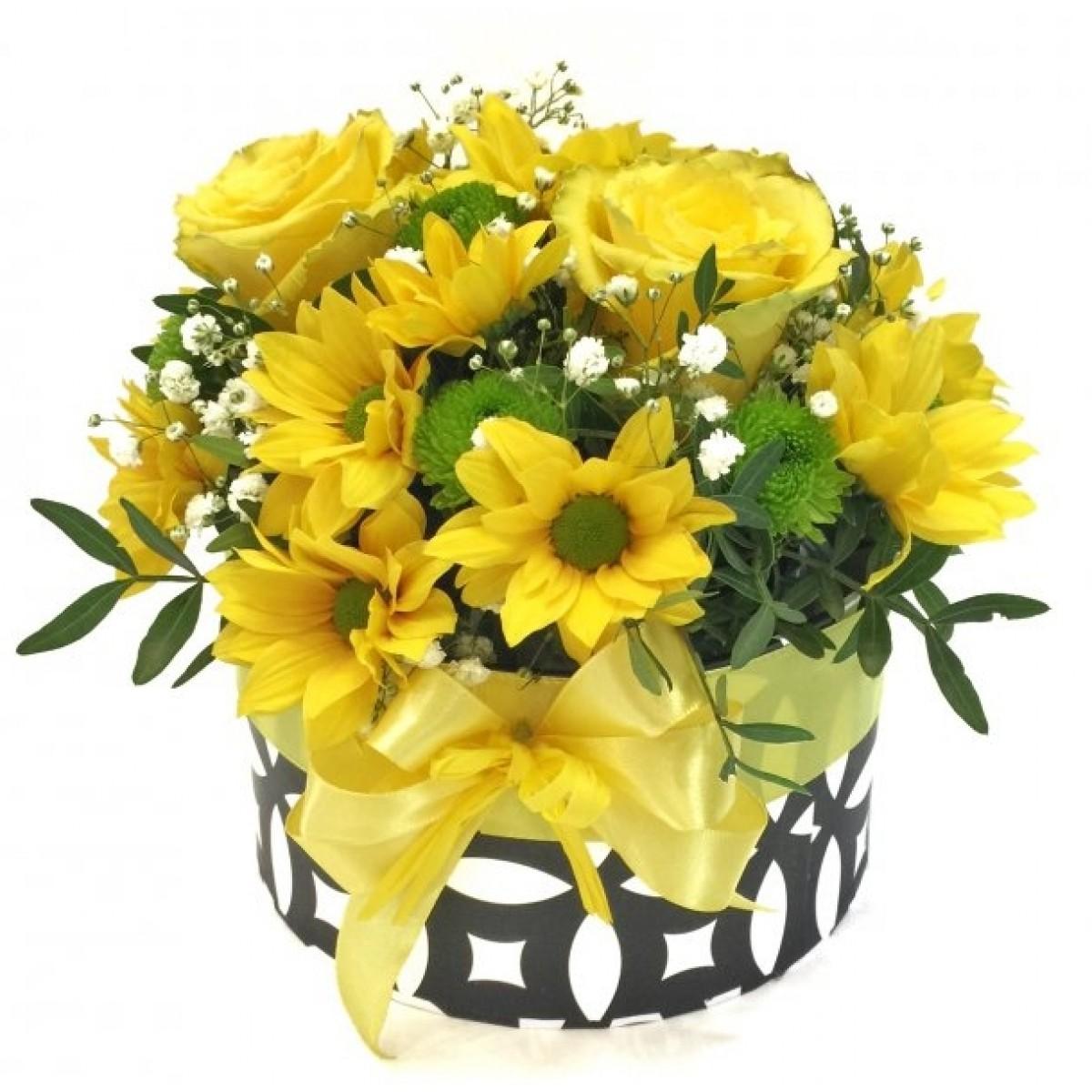 Микс хризантеми, рози - жълто зелена гама в стилна кутия