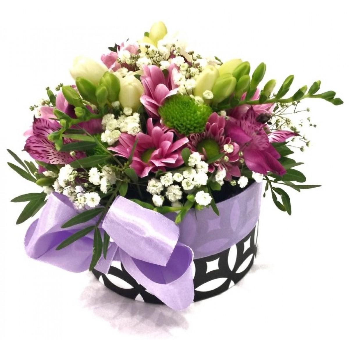 Бели фрезии и хризантеми в стилна кутия