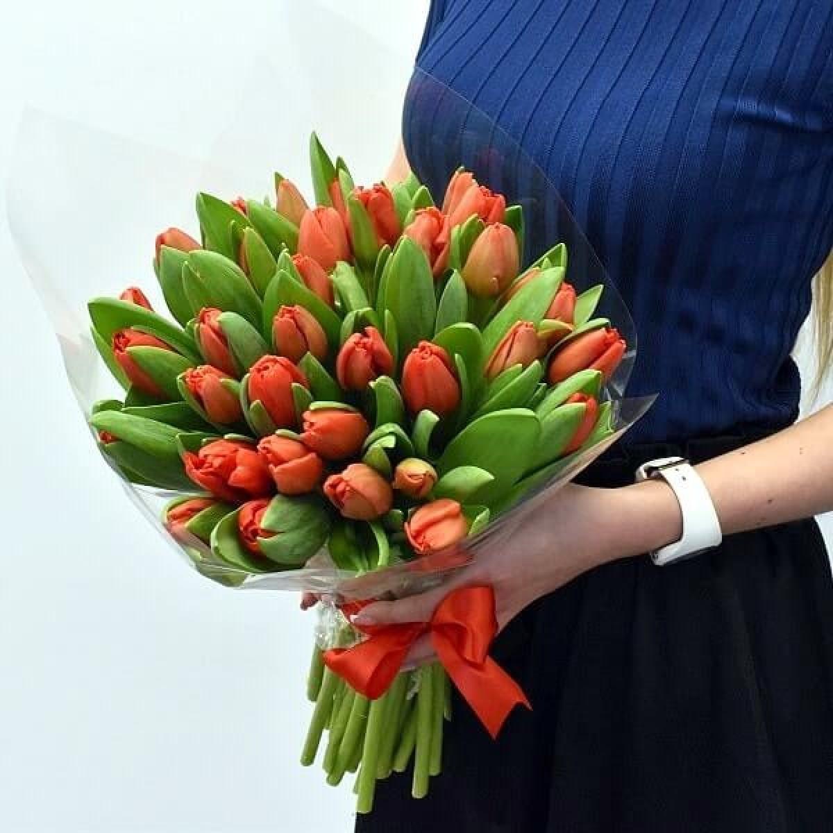 25 червени лалета в луксозна кутия