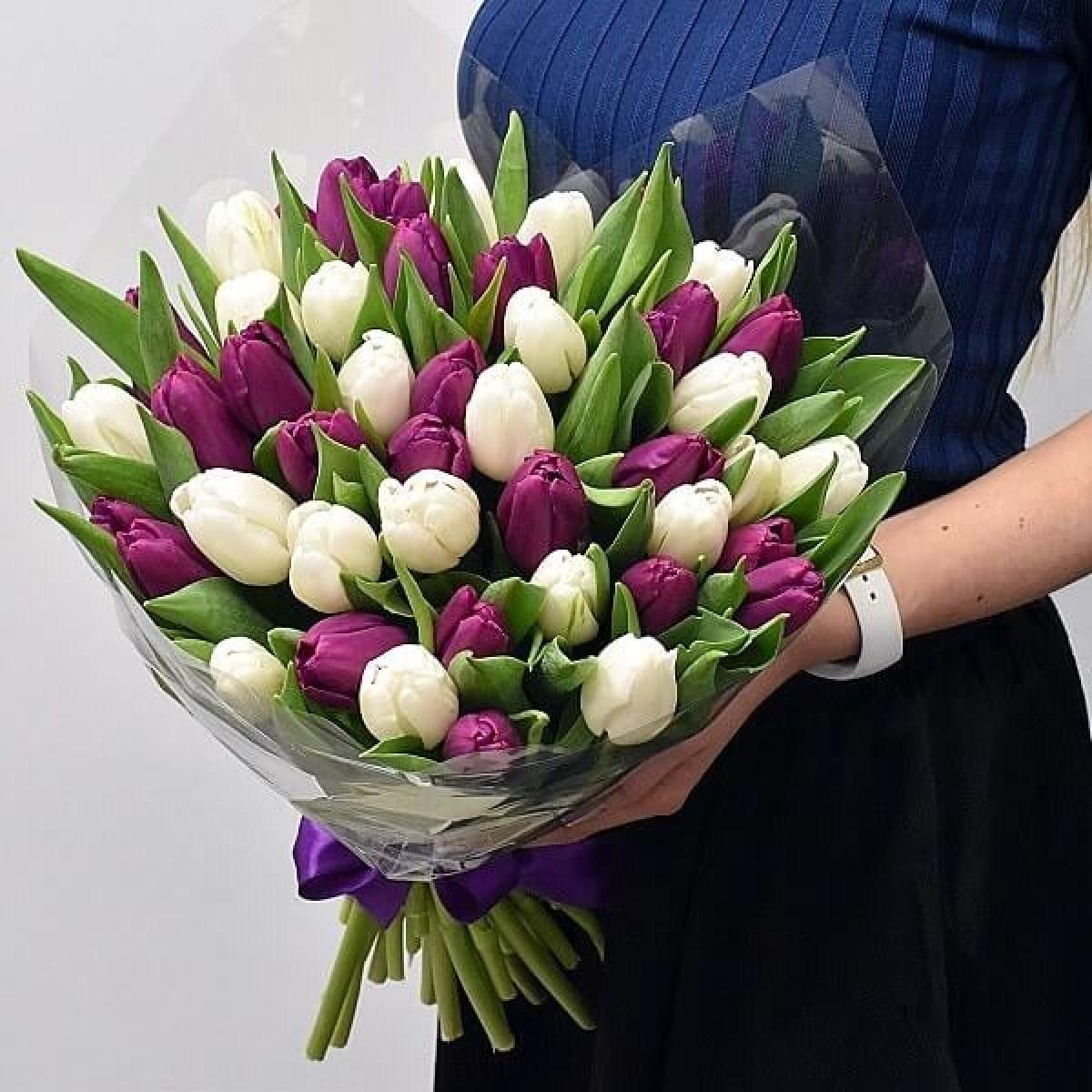 25 пурлурни и бели лалета лалета в луксозна кутия