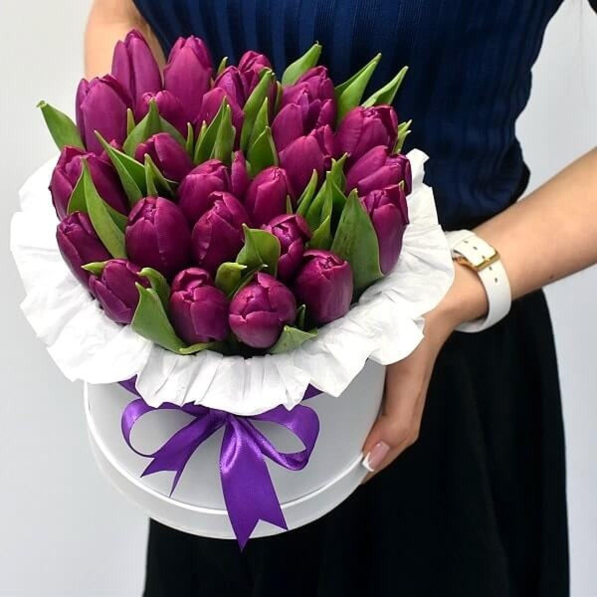 35 виолетови лалета в луксозна кутия