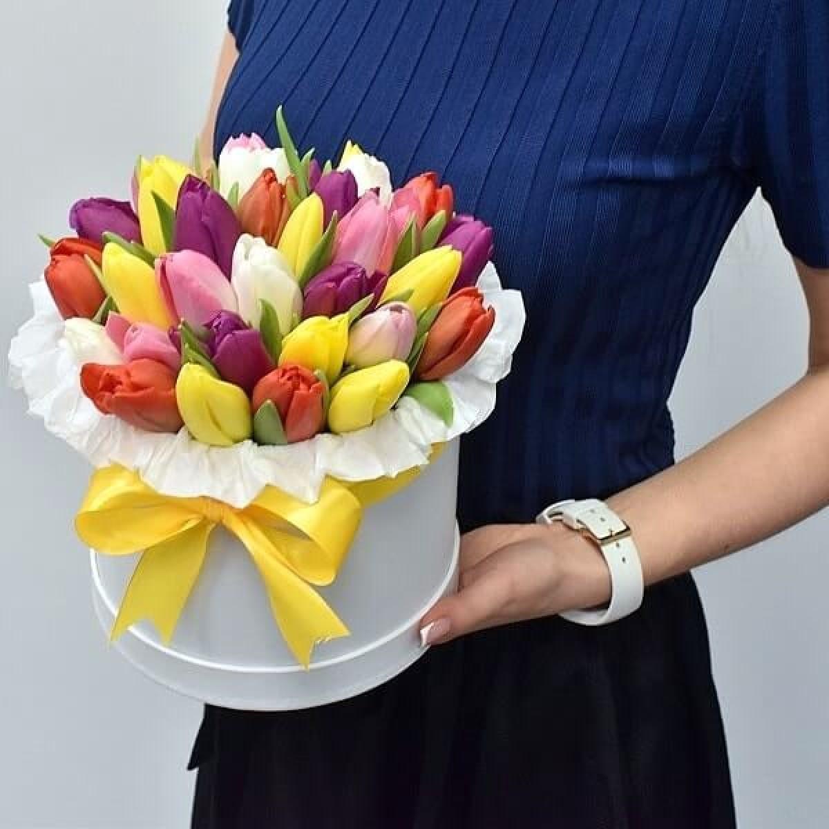 35 пъстроцветни лалета в луксозна кутия