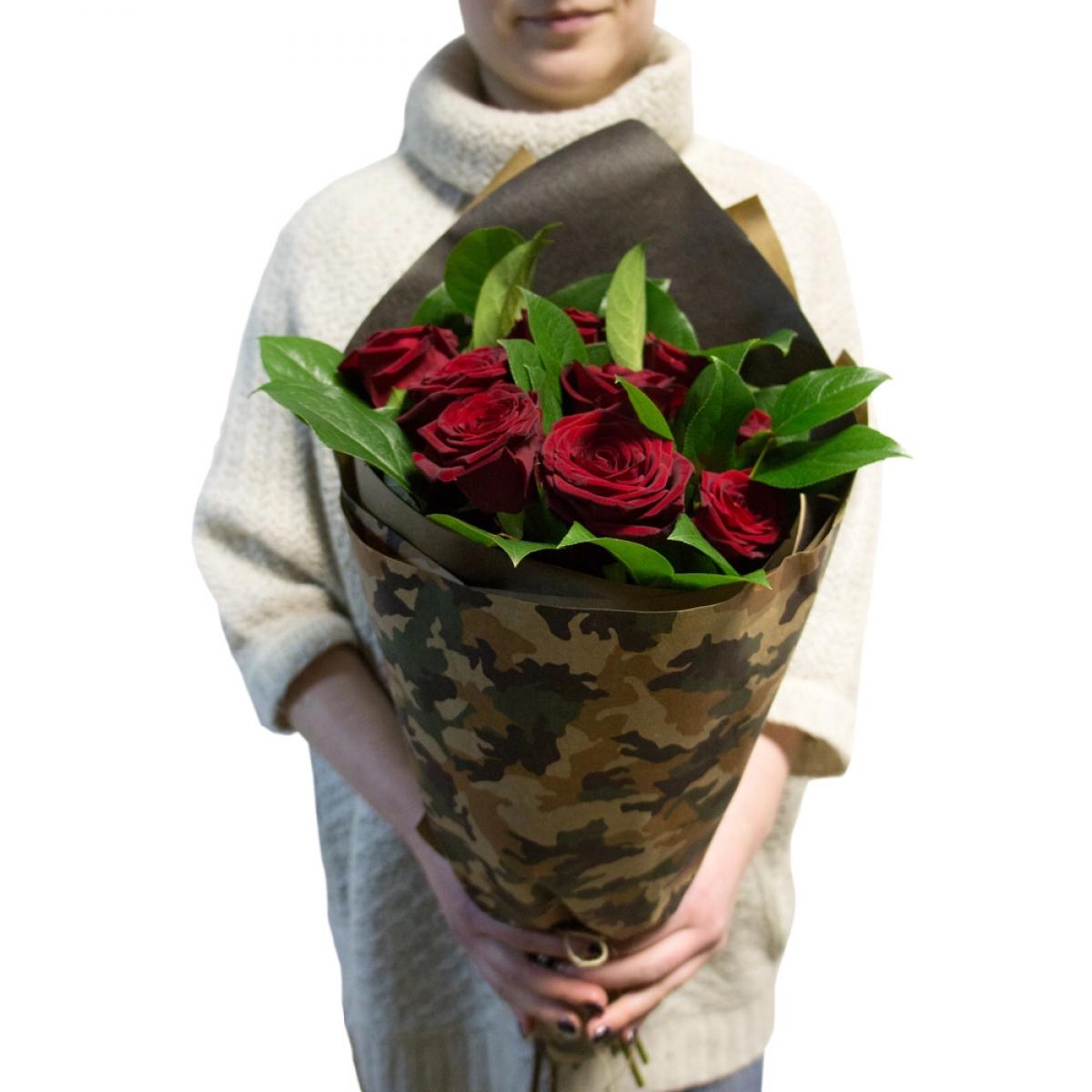 Букет от 9 червени рози, зеленина и опаковка