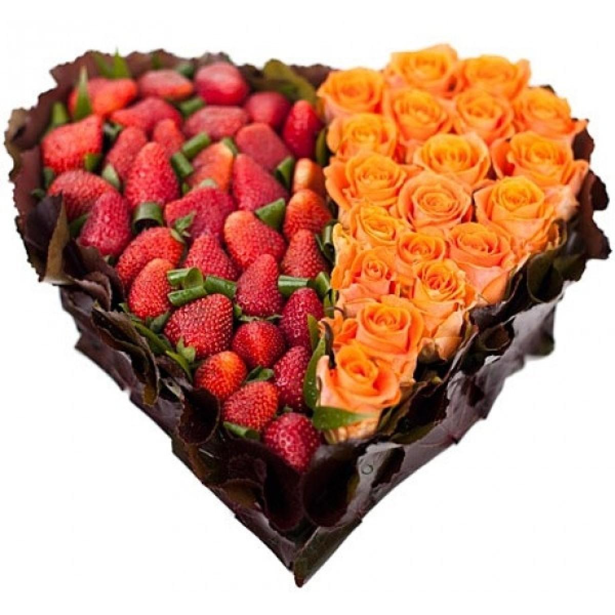 Сърце от 19 Оранжеви Рози и Ягоди