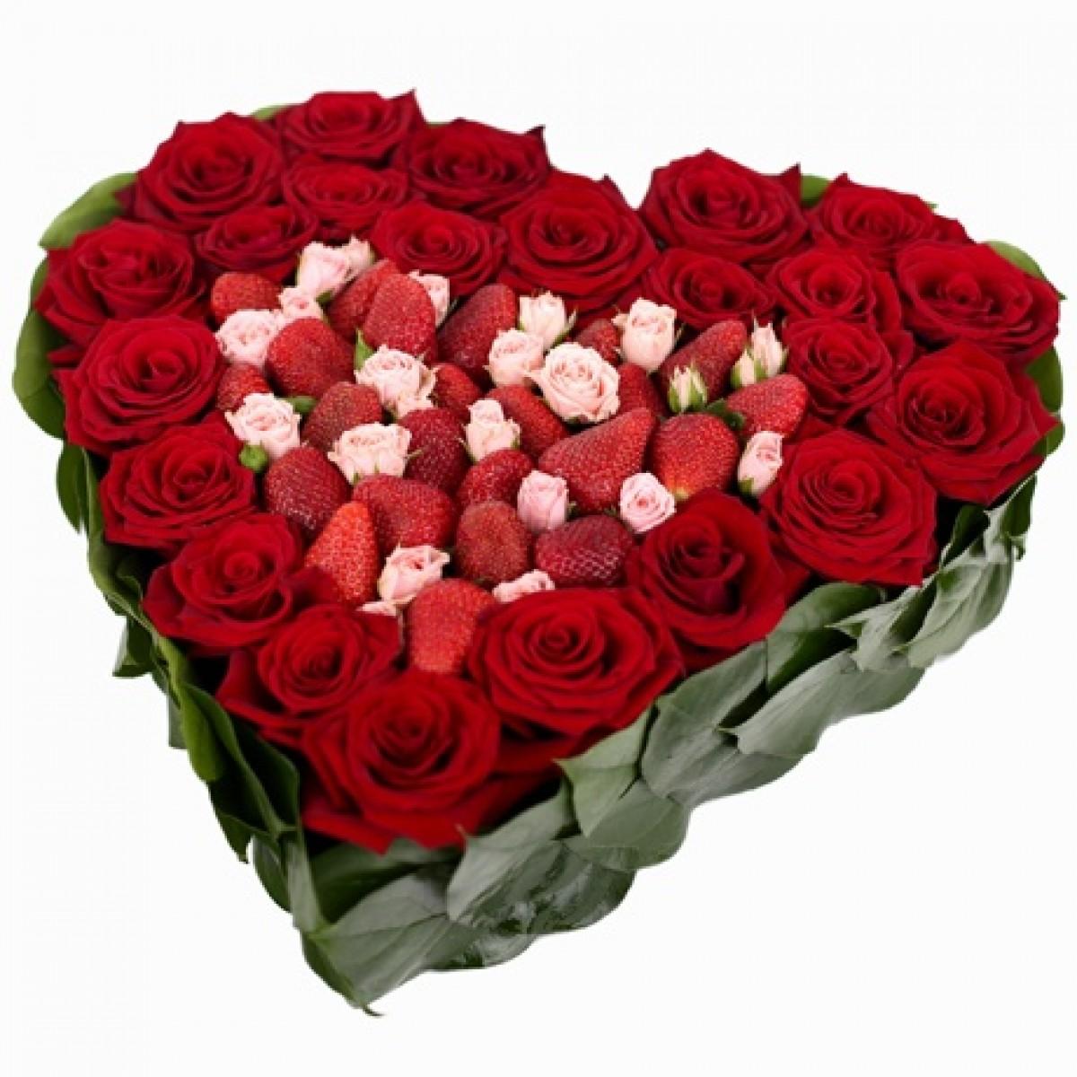 Сърце от 23 червени, 6 кремави спрей рози и ягоди